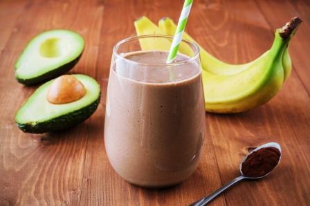 čokoládové smoothie v poháři, banány, avokádo