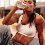 žena pije vodu, hydratace