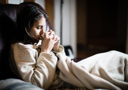 žena pije čaj zohrieva sa