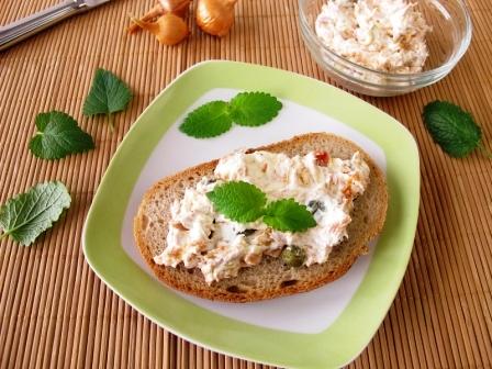 Chléb rozetřený s tuňákem a smotanovým sýrem