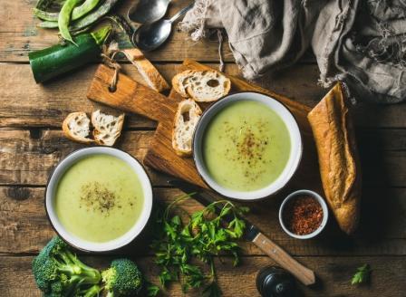 Dvě misky brokolicové pomazánky s pečivem