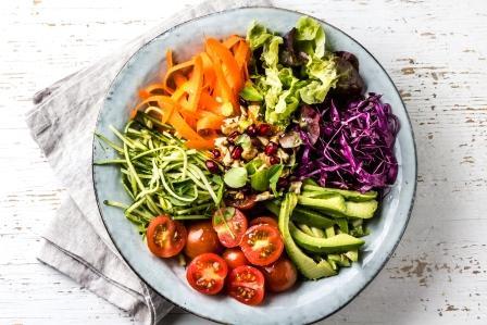 Misa s čerstvou surovou zeleninou - kapusta, mrkva, cuketa, hlávkový šalát, saláma, rajčiaky, čerešňa a avokádo, orechy a granátové jablko