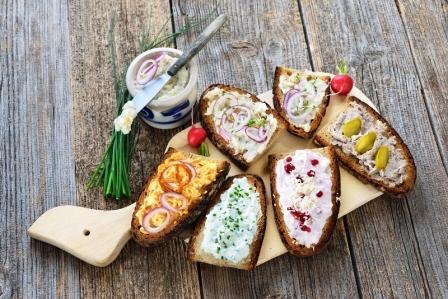 Pěkné občerstvení s různými druhy pomazánek na kousku chleba