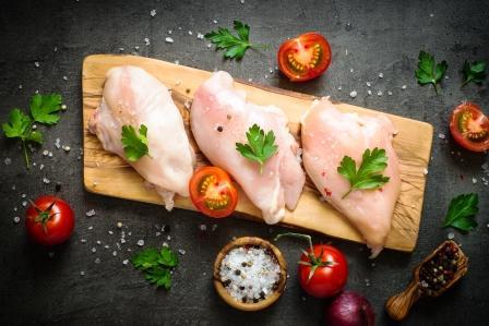 Surové maso z kuřecího filé na dosce. Připravené na vaření