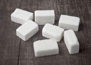 bílý rafinovaný cukr je pri sacharidových vlnách zakázán