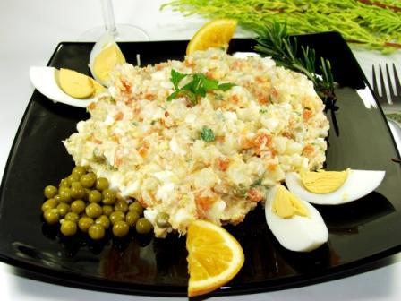 bramborový salát s vařenými vejci na černém talíři