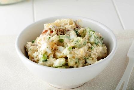 bramborový salát v bílé misce