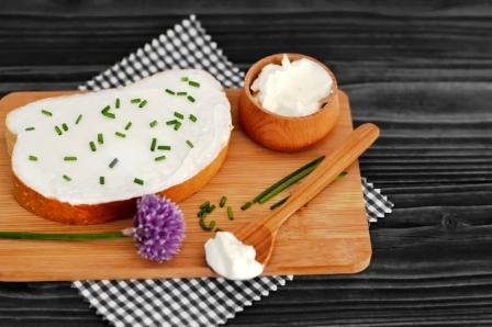 brynzová pomazánka a pažitka na plátcích chleba