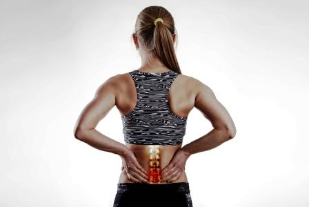 fitness zena si drzi bolestivy chrbat