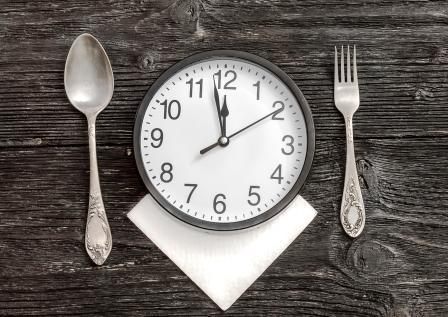 hodiny medzi příborem namísto talíře - pravidelnost při hubnutí