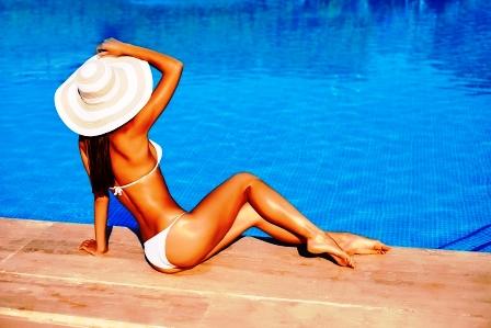 hubnuti do leta stihla zena sedi pri bazene