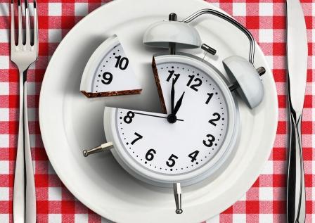 koncept správneho časovaní jídel při hubnutí - budík na talíři