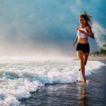 mladá žena sportuje na pláži - běh