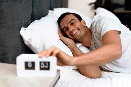 muz lezi v posteli