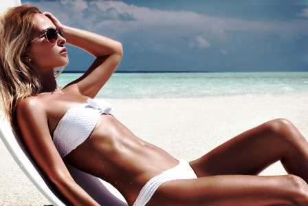 opalena zena na plazi