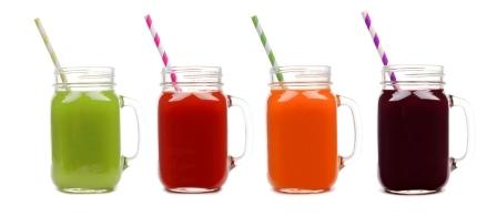 ovocne nápoje stavy v poharoch - zelena paradajkova mrkvová a cviklova