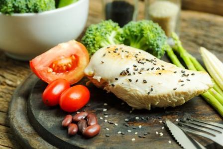porce masa se zeleninou na dřevěné tácce