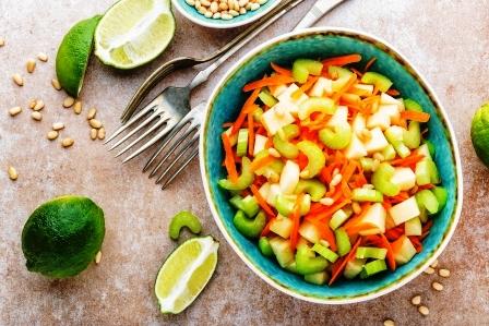 salat s cerstvym zelerem, jablkom a mrkvi