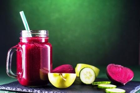 smoothies s cervenej repy, jablka a okurky