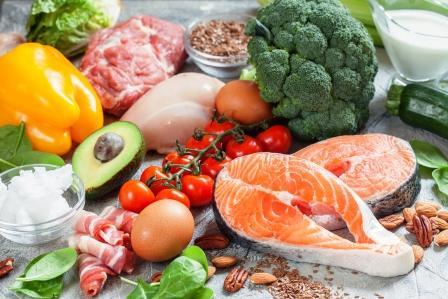 stůl plný jídla - ryby, maso, zelenina, vejce