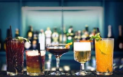 svieže nealkoholické nápoje v pohároch