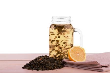 teplá voda s klinčekmi a citronem