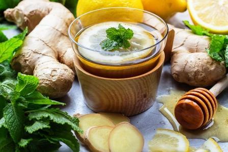 teplá voda Zázvorový čaj v pohári s citronem, matou a medem