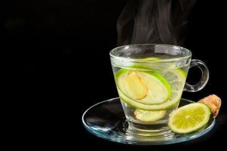 teplá voda s citronem a zázvorem