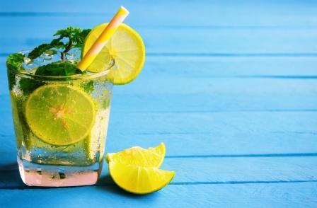 teplá voda s citronem