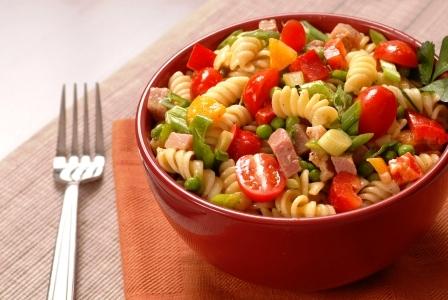 testovinovy salat v misce se sunkou