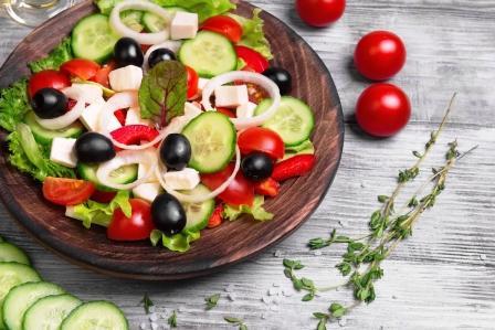 tradiční řecký salát - feta syr, cherry paradajky, okurka, olivy