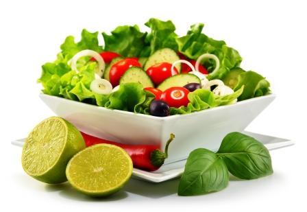 vegetariánsky zeleninový salát v bílé misce a chilli s limetkou