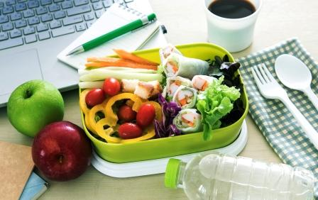 zdravé jídlo prinesené do práce, pravidelnost při hubnutí