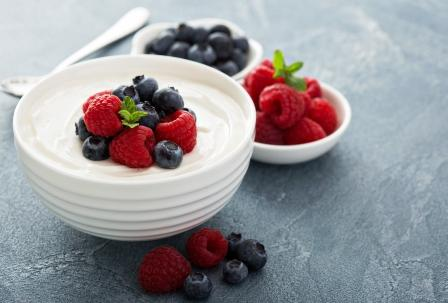 zdravý grécky jogurt s ovocím - borúvky a maliny