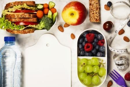 zdravá fitness strava - ovocí,cereálie, ořechy, voda, sendvič, zelenina
