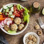 zeleninový salát - koncept zdravé stravy a svačiny během hubnutí