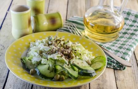 zeleny salat s lanovymi semienkami