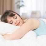 zena spi na posteli